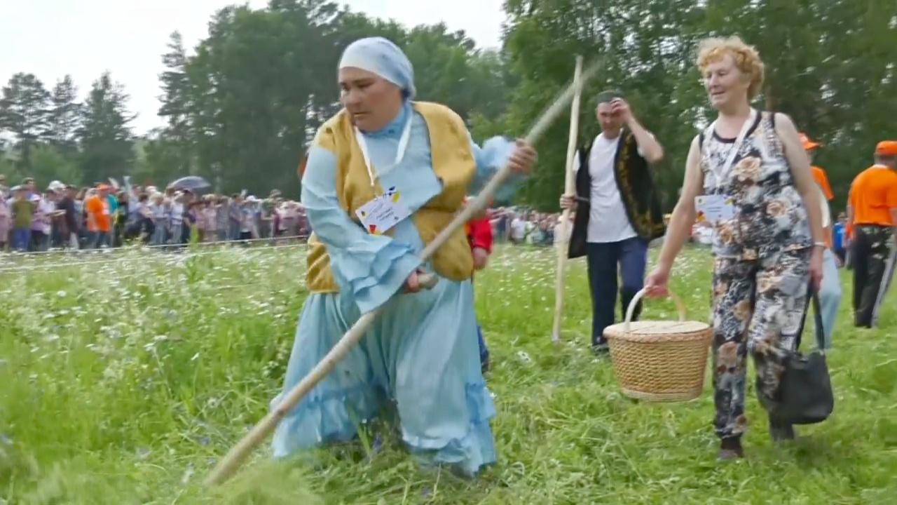 Как соревновались косари в уральском посёлке Арти