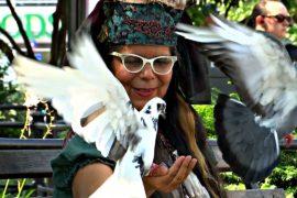 «Голубиная мама» в Нью-Йорке уже 30 лет подкармливает птиц