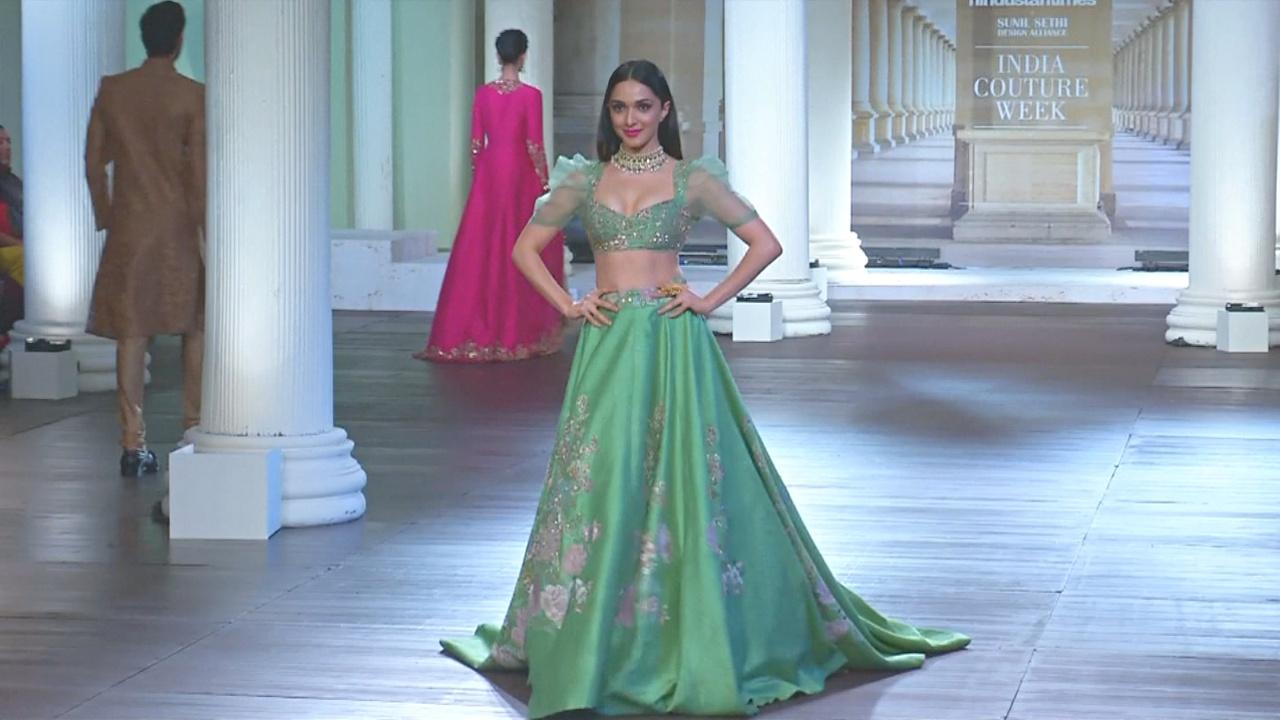 Неделя моды в Индии: традиционный наряд невесты в новом прочтении