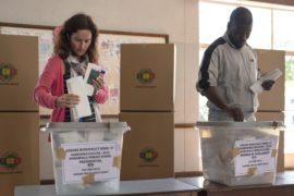 В Зимбабве подсчитывают голоса на первых свободных выборах с 1980 года
