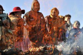 Боливийцы кормят Мать Землю и просят о благословении