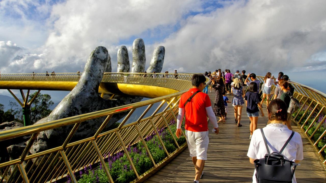 «Золотой мост» на гигантских руках — новая достопримечательность Вьетнама