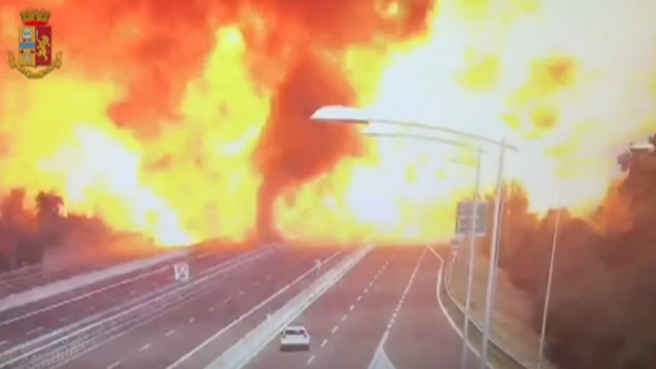 В результате ДТП на севере Италии обрушился мост
