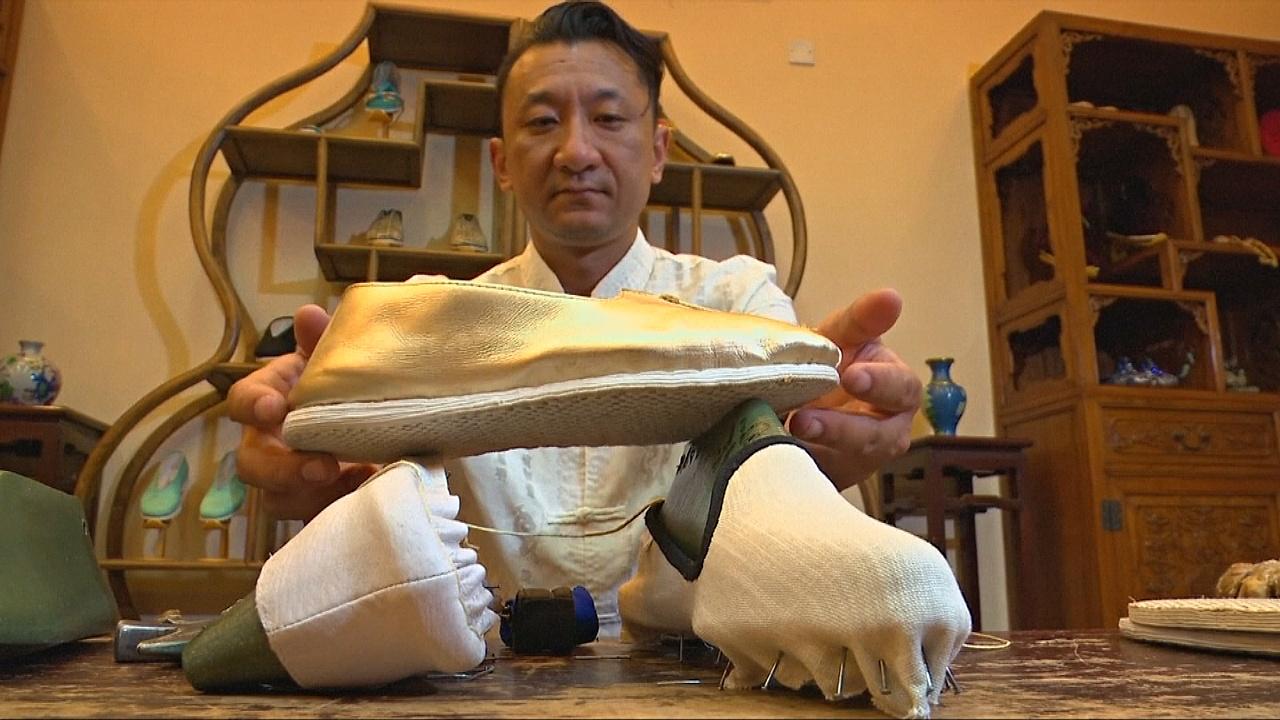 Пекинский мастер делает обувь по технологии династии Цинь