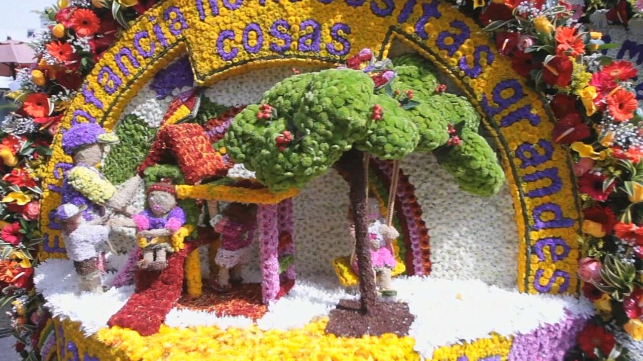 Цветочное шествие прошло по улицам Медельина в Колумбии