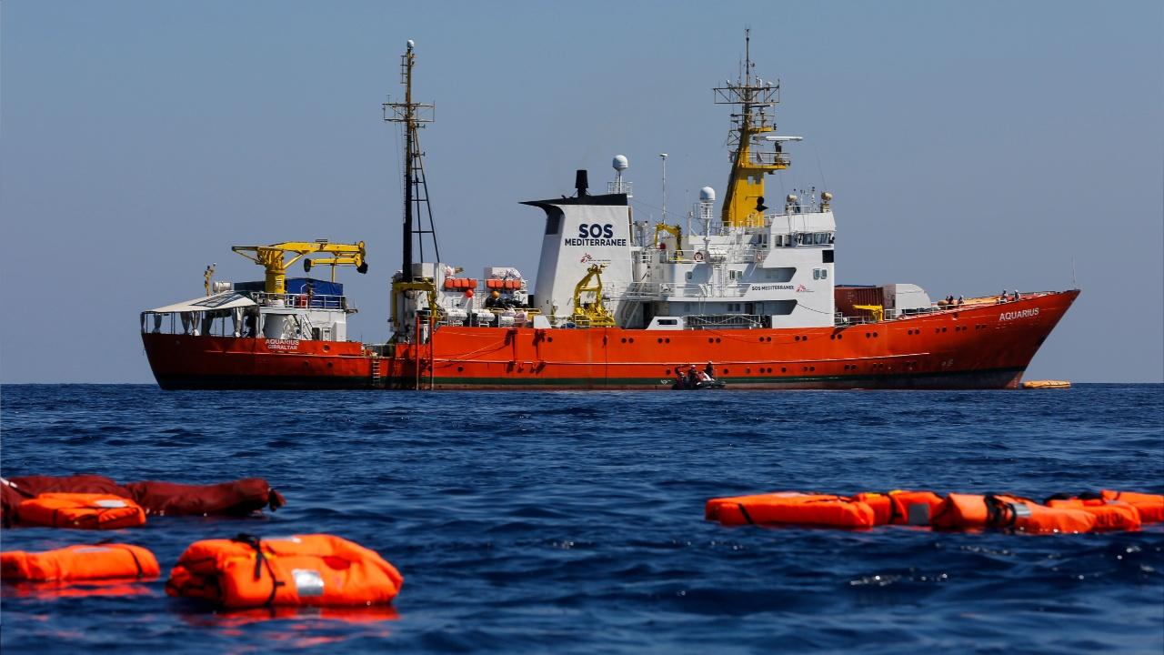 Спасательное судно с мигрантами ждёт в море у европейских берегов