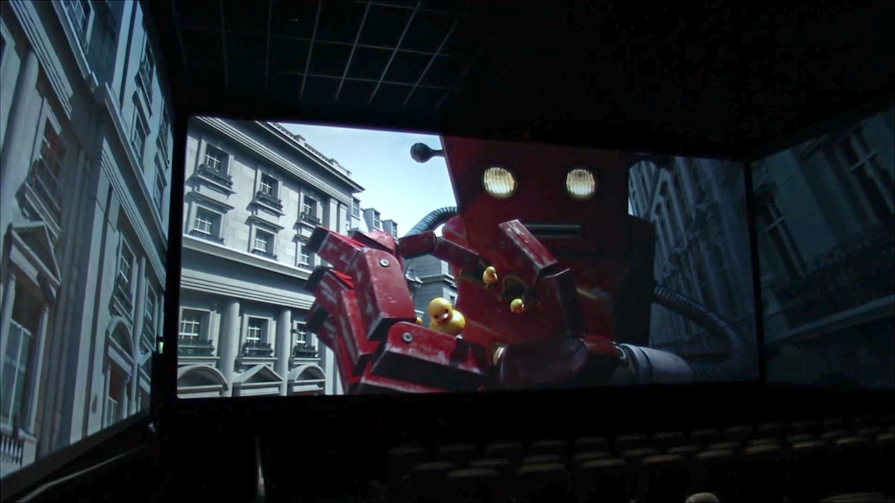 Кинотеатры заманивают зрителей панорамными экранами