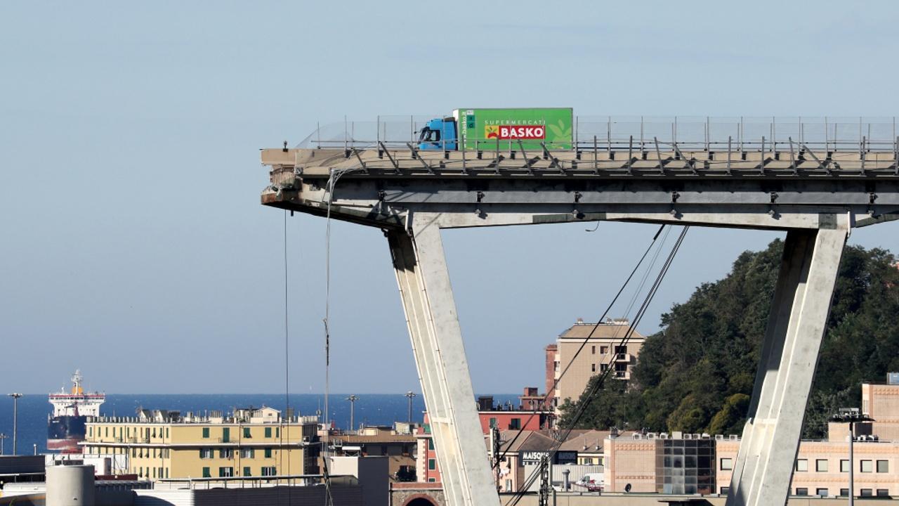 Погибших в результате обрушения моста в Генуе уже 38
