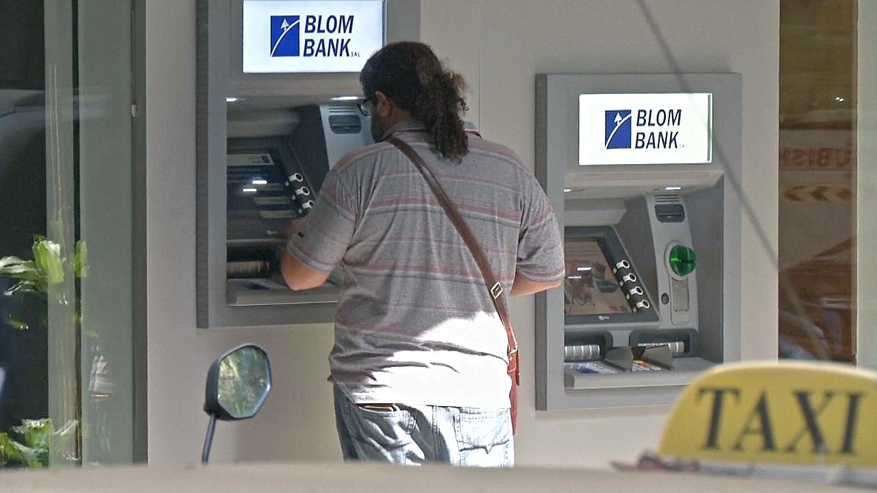 Ливанские банки привлекают доллары, чтобы сохранить фиксированный курс фунта