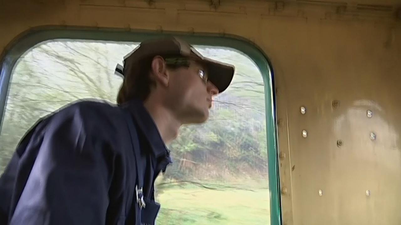 В Тасмании молодые люди учатся водить паровозы