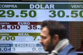 Курс песо падает, Аргентина просит МВФ скорее выделить помощь