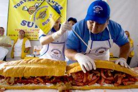 Гигантский сэндвич приготовили в столице Мексики