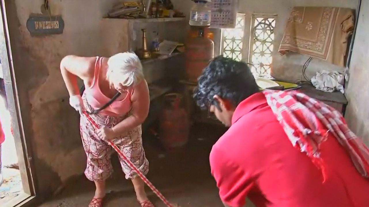 Иностранные туристы помогают индийцам в уборке после наводнений