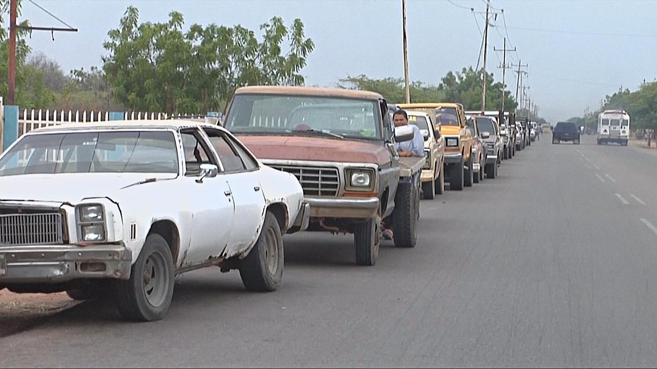 Водители в Венесуэле опасаются роста цен на бензин и выстраиваются в очереди