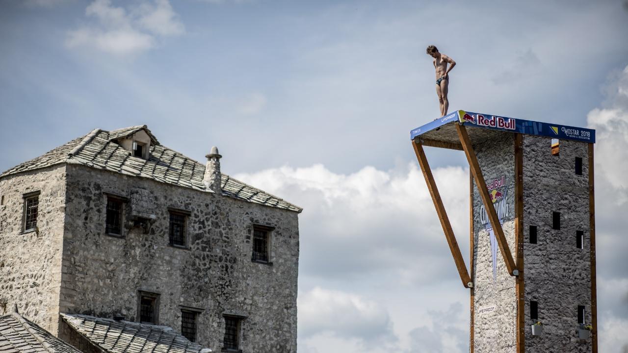 Чемпионат по клиф-дайвингу прошёл на старинном мосту