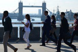 Экономике Великобритании помогли покупательская активность и погода