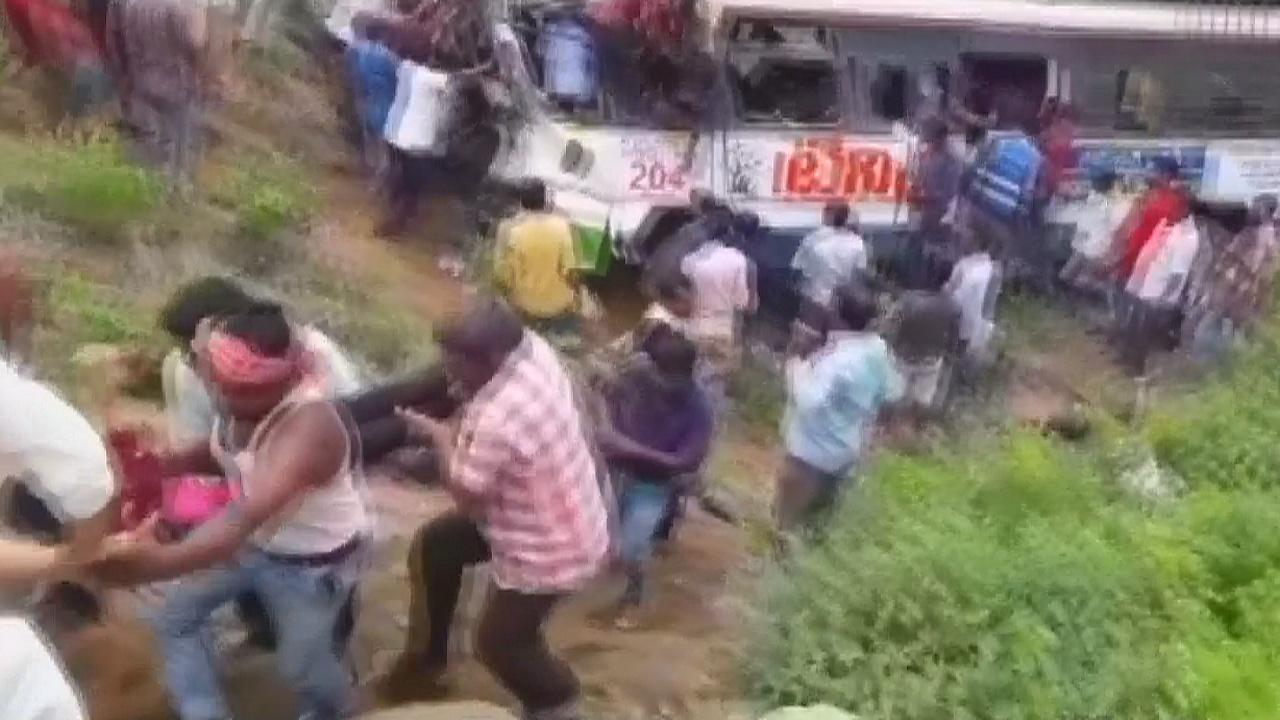 В Индии переполненный автобус сорвался в ущелье, 55 погибших