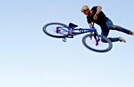 Польский велосипедист выполнил первый в мире четверной тейлвип
