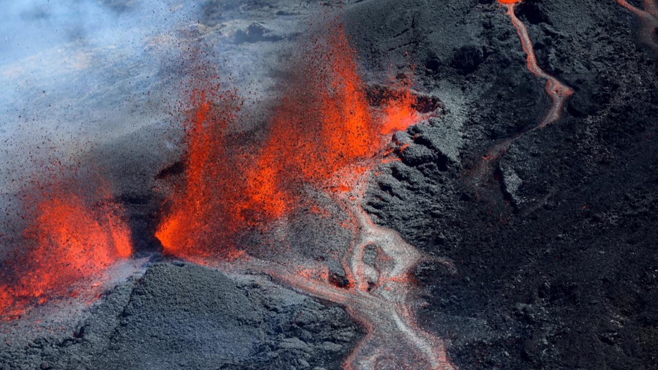 На острове Реюньон снова зрелищно извергается вулкан