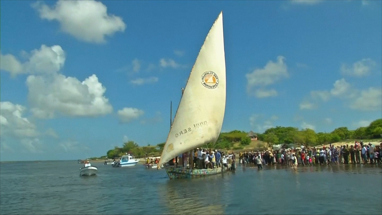 Кенийцы построили лодку из 10 тонн пластикового мусора