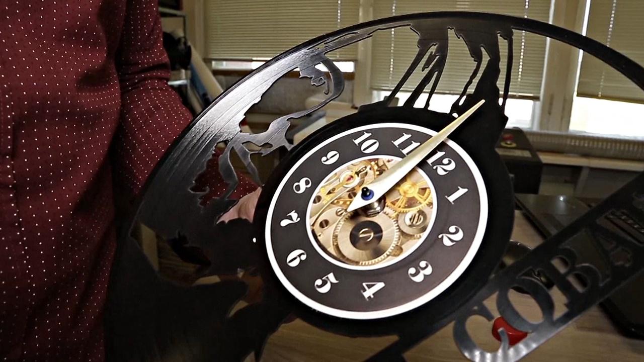 Уникальные часы из виниловых пластинок делают в Екатеринбурге