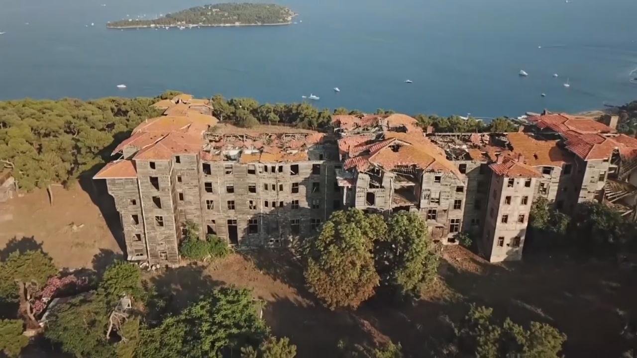 В Турции ждёт спасения старинный деревянный приют