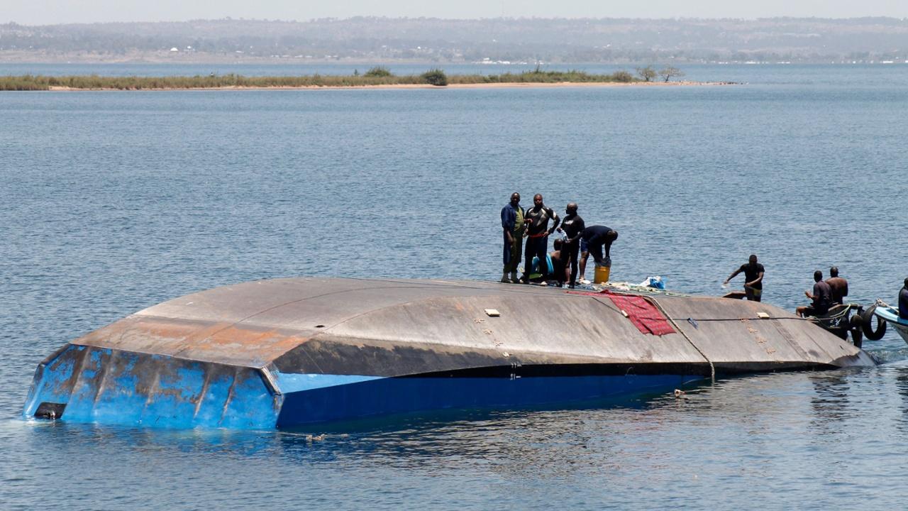 В Танзании спасли выжившего после крушения парома
