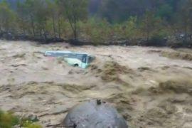 Наводнение в Индии: поток воды несёт пассажирский автобус