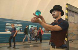 Жонглёр выступает в метро Петербурга