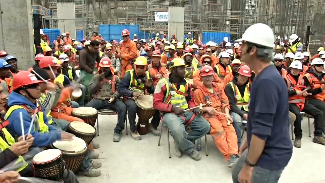 Чилийские строители играют на барабанах, чтобы снять стресс-HD
