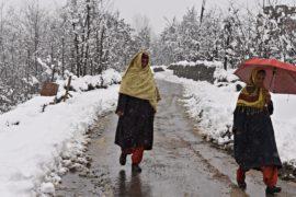 С горных перевалов в Индии эвакуируют туристов после снегопада