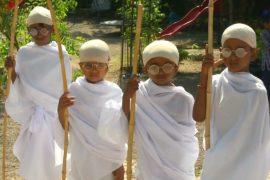 Индийские школьники нарядились в Махатму Ганди в честь его Дня рождения