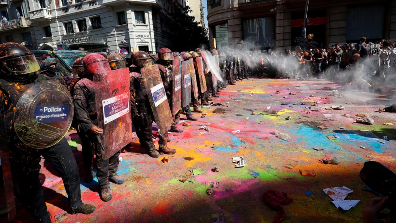 Протест и стычки с полицией: в Барселоне отметили годовщину референдума