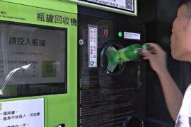 В Тайбэе новый аппарат принимает мусор в обмен на деньги