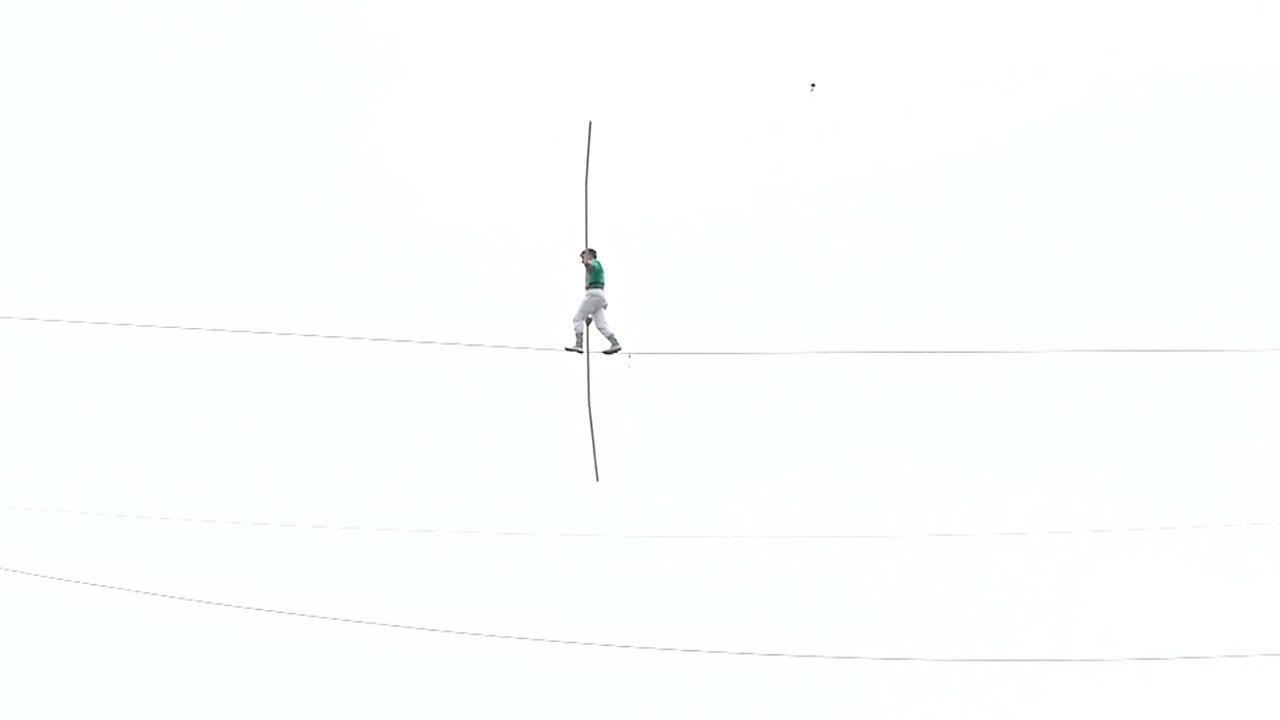 Канатоходец из Марокко прошёлся по тросу между высотками в Сантьяго