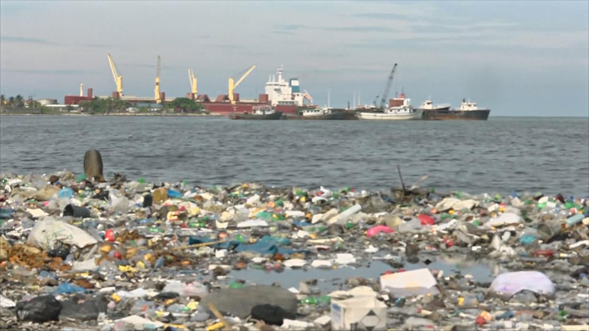 Пластиковый мусор заполонил побережье Гаити