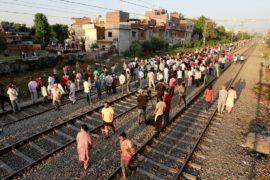 Родственники погибших в ж/д-аварии в Пенджабе закидали полицейских камнями