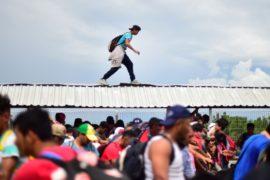 Караван мигрантов продолжил путь к границе США