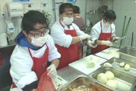 Молодых чилийцев с синдромом Дауна учат готовить восхитительные закуски