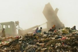В Нью-Дели горит свалка, людям нечем дышать
