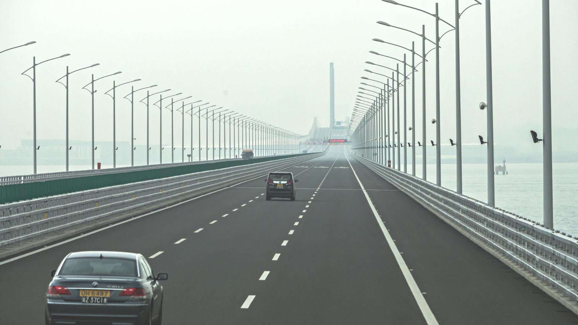 По самому длинному морскому мосту проехали первые пассажиры