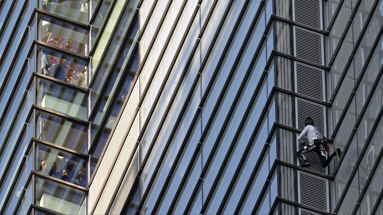 Ален Робер без страховки взобрался на 230-метровый небоскрёб в Лондоне