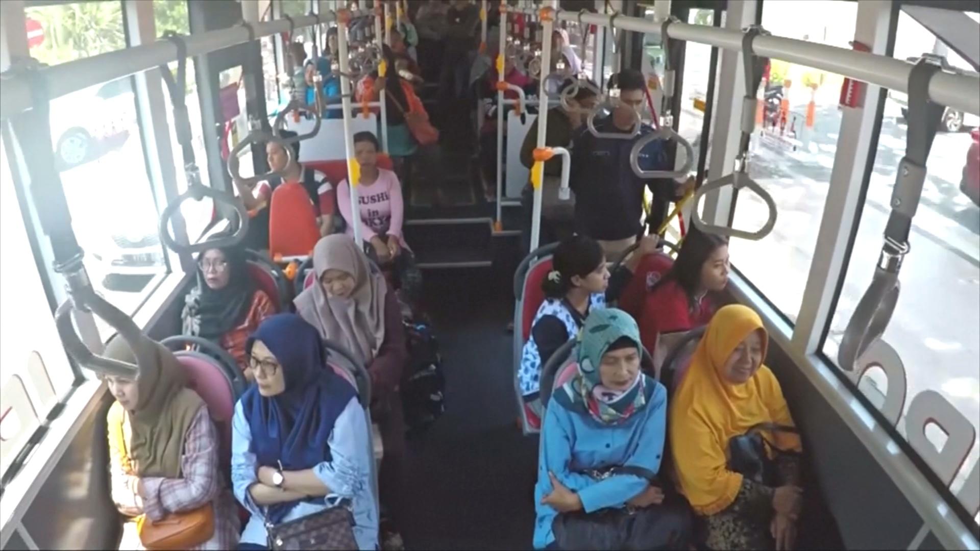 Проехать на автобусе за пластиковые бутылки можно в Индонезии
