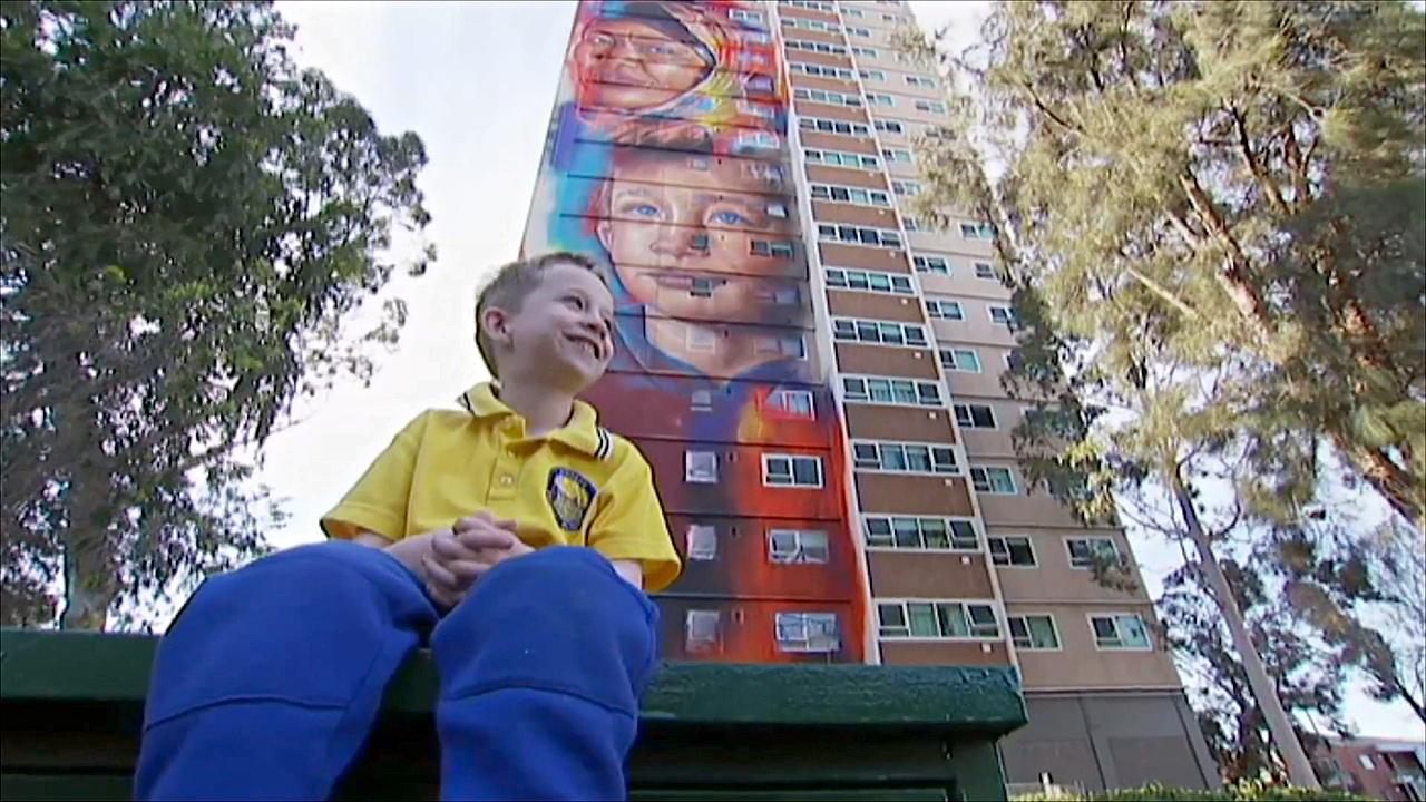 На высотке в Мельбурне нарисовали гигантские лица местных жителей