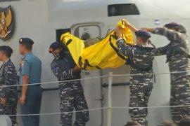 Крушение рейса JT610: фюзеляж найден, родственники пассажиров всё ещё надеются на чудо