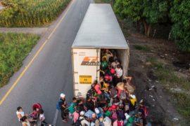 Караван мигрантов продвигается к США, Дональд Трамп обещает ужесточить миграционные правила