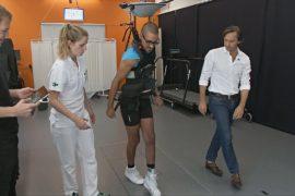 Новый метод лечения паралича вернул способность ходить трём пациентам