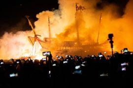 На Тайване сожгли гигантскую лодку, чтобы отпугнуть злых духов