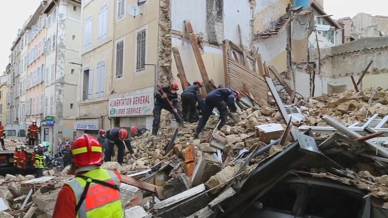 На месте обрушения зданий в Марселе обнаружили четыре тела