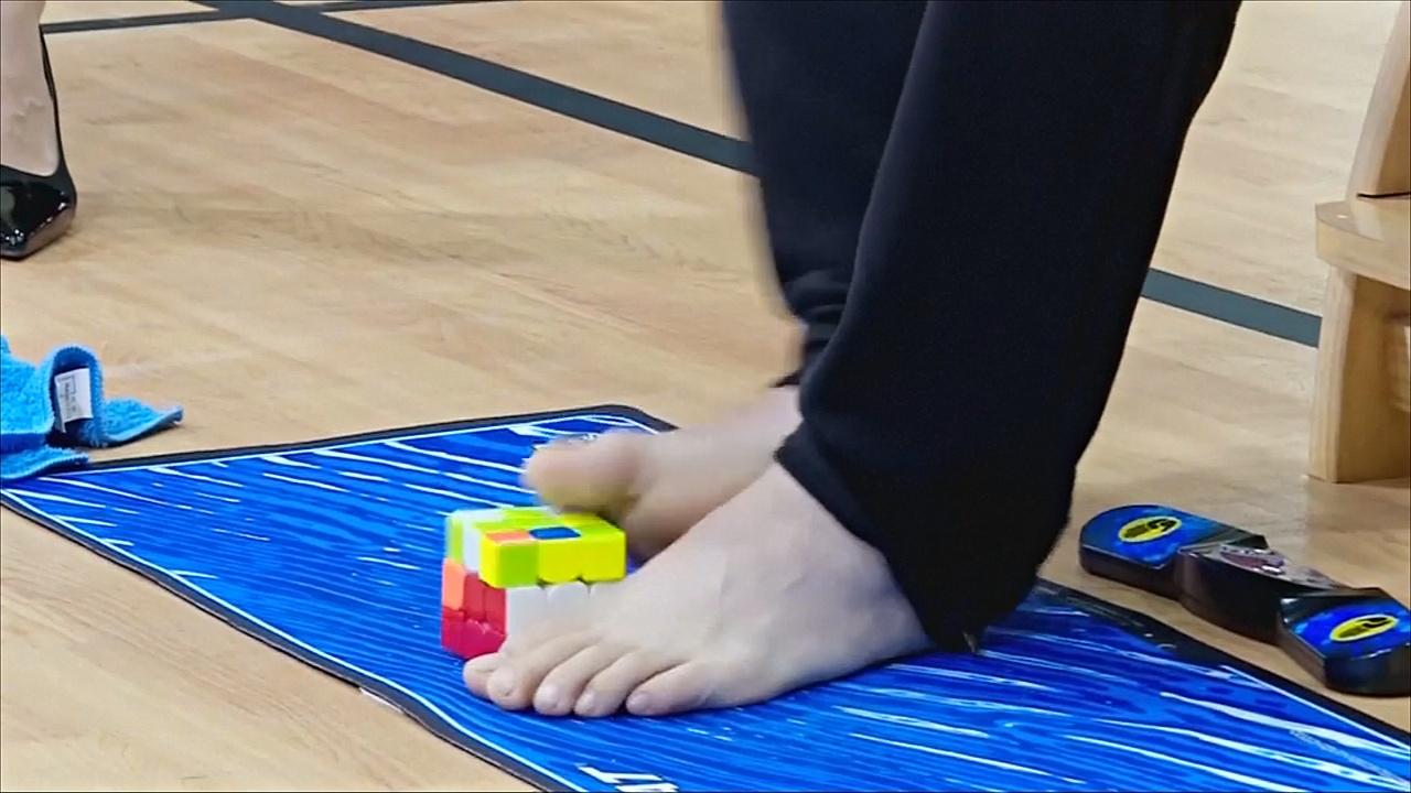Китаец собрал кубик Рубика ногами, а японец побил рекорд в прыжках со скакалкой